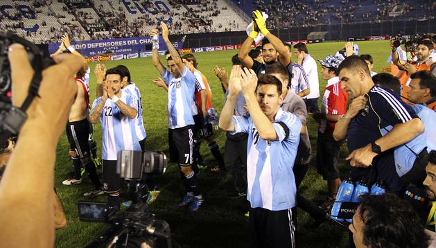 Los jugadores argentinos aplaudieron a sus seguidores desde el césped tras el triunfo sobre Paraguay