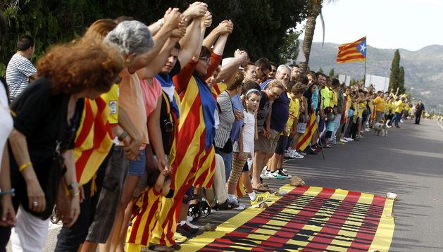 Cientos de ciudadanos participaron este miércoles por la tarde en la cadena humana convocada en la localidad castellonense de Vinaròs, en los límites de Tarragona y Castellón, a favor de la independencia de Cataluña.