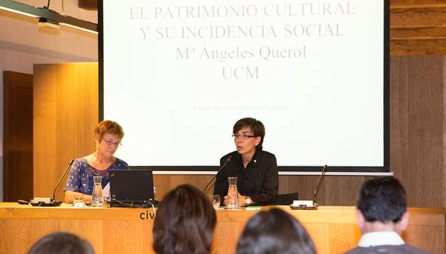 Eloísa Ramírez, a la derecha, junto a María Ángeles Querol, en el acto de apertura del curso.