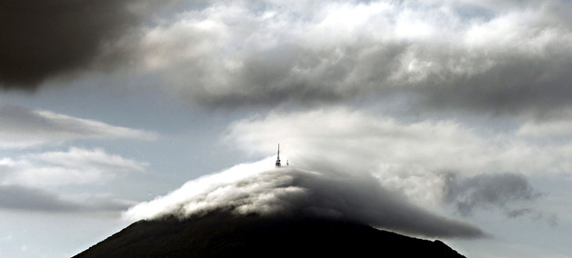 La Higa de Monreal, amaneciendo rodeada de nubes