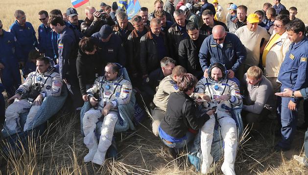 El astronauta estadounidense Chris Cassidy (izda.), y los cosmonautas rusos Pavel Vinogradov (centro) y Alexander Misurkin tras el aterrizaje