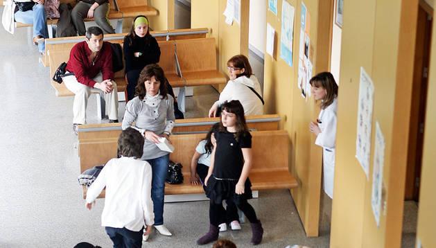 Varios pacientes esperan a ser atendidos por los sanitarios en el centro de salud de Mendillorri..
