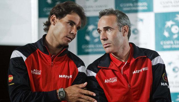Rafa Nadal charla con el seleccionador nacional, Álex Corretja
