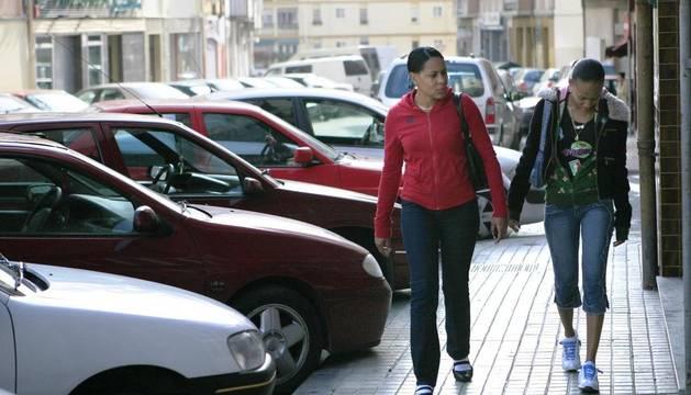 Dos jóvenes inmigrantes pasean por el barrio pamplonés de La Milagrosa
