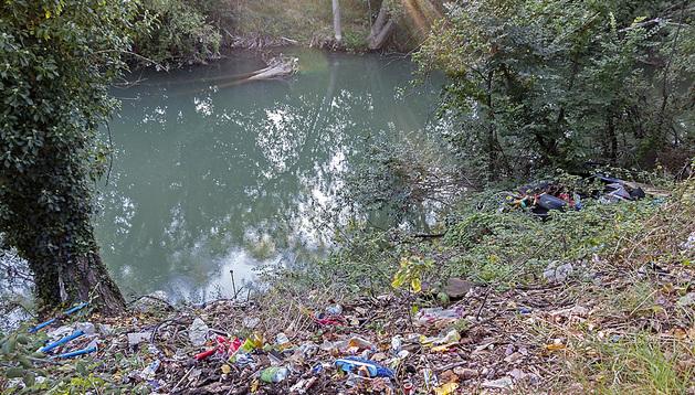 La basura se acumula otra vez en la ribera del río Ega en La Merced.