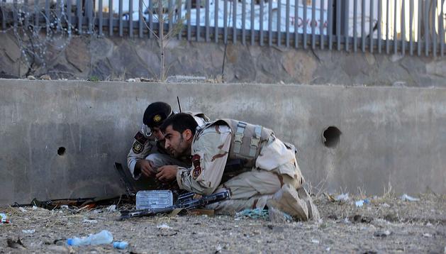 Dos soldados del Ejército afgano toman posiciones ante la embajada de EE UU en Herat durante el ataque