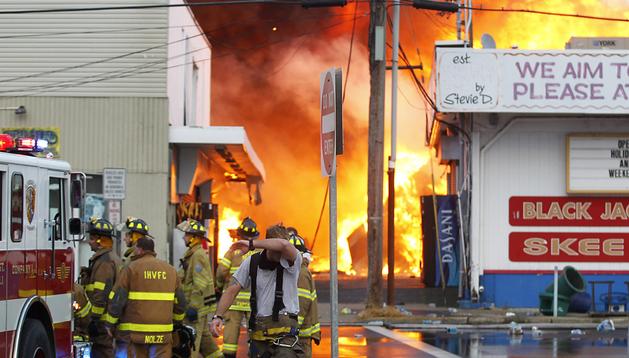 Fotografía cedida por The Star Ledge de los bomberos luchando contra las llamas