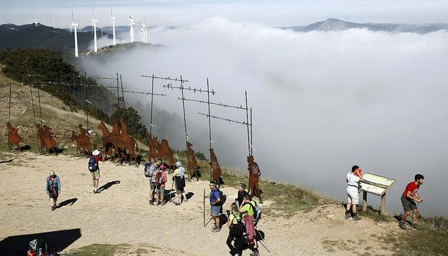 Pamplona amaneció ayer cubierta por la niebla. En la imagen, peregrino en la cumbre del Perdón.