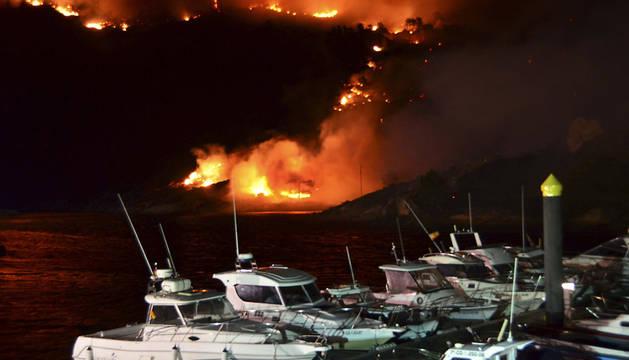 Las llamas llegan esta noche a la desembocadura del río Xallas, en la localidad de Ézaro