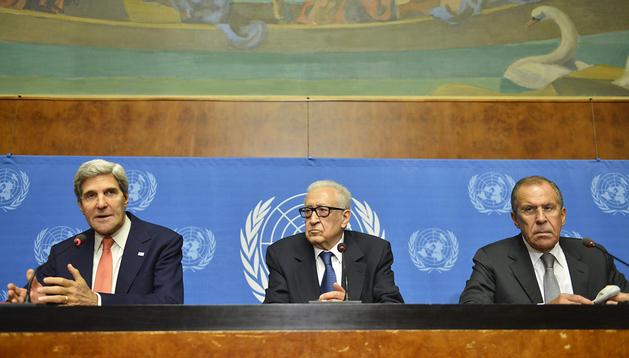 El secretario de Estado estadounidense, John Kerry (izda.), el mediador internacional para Siria, Lajdar Brahimi (centro), y el ministro ruso de Exteriores, Sergei Lavrov, ofrecen una rueda de prensa tras una reunión en Ginebra