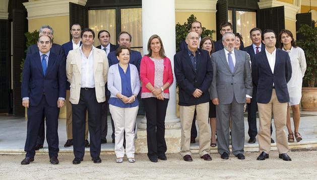 La consejera de Salud del Gobierno foral, Marta Vera (dcha.) durante la foto de familia en el Palacio de Pedralbes de Barcelona, donde tiene lugar la reunión de trabajo del Consejo Interterritorial de Sanidad.