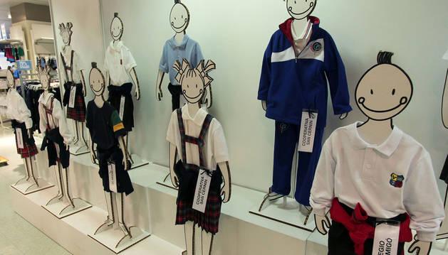 Maniquíes con diferentes uniformes y ropa deportiva de colegios de Pamplona y comarca, en el Corte Inglés