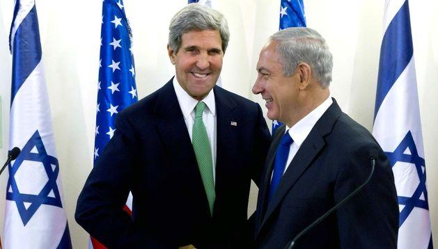 John Kerry junto a Benjamin Netanyahu.