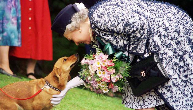 Isabel II con uno de sus perros.