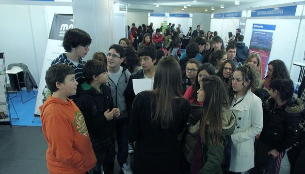Un grupo de estudiantes en un foro sobre salidas profesinales