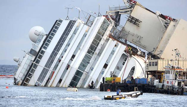 Los trabajos para enderezar el 'Costa Concordia', el buque que  encalló en enero del año pasado con 4.200 pasajeros a bordo en las  costas italianas, ya se han iniciado después de que fueran retrasados  unas horas por una fuerte tormenta nocturna, que dificultaron las  labores de enderezamiento.