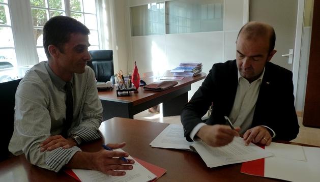El director general Mariano Oto (izda.) y Joaquín Mencos (dcha.) firman el convenio de colaboración.