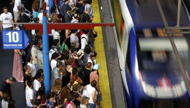 Los usuarios esperan para coger el metro en Madrid.