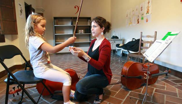 De izda. a dcha.: Lucía Salcedo y Amaia Pardo, en clase de violoncelo.