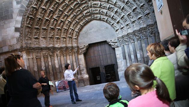 VISITA A LA PUERTA DEL JUICIO Al fondo, de frente, Blanca Aldanondo y Diego Carasusán, ante la Puerta del Juicio de la catedral de Tudela, rodeados de las personas que asistieron a la visita en la que explicaron su estudio