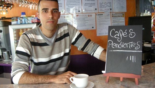 Jonay Estevez, dueño del bar Bikintza de Villava, el primer local navarro que sirve Cafés Pendientes.