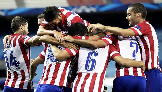 Los jugadores del Atletico de Madrid celebran el gol marcado por el brasileño Joao Miranda al Zenit, en el partido de la Liga de Campeones