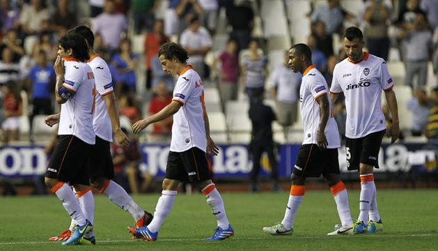 Rostros apesadumbrados de los jugadores del Valencia tras el encuentro