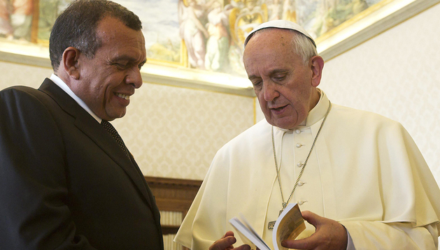 El papa Francisco (dcha.) conversa con el presidente hondureño, Porfirio Lobo