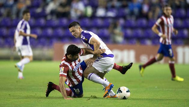 Rikavina trata de proteger el balón ante Diego Costa