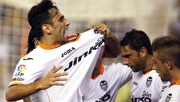 El jugador del Valencia, Jonas Goncalves celebra el primer gol marcado al Sevilla durante el partido de la quinta jornada de la Liga BBVA
