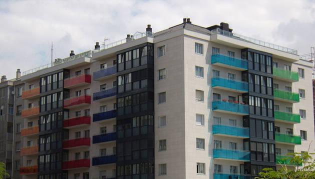 Un edificio rehabilitado en la Travesía de Bayona de Pamplona.