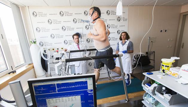Pablo Sánchez Salado, jugador de rugby y corredor desde hace 2 meses, en una prueba de esfuerzo controlada por el doctor Javier Zulueta