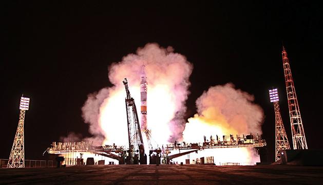 Despegue de la nave tripulada Soyuz TMA-10M, rumbo a la Estación Espacial Internacional (EEI), en el cosmódromo de Baikonur (Kazajistán).