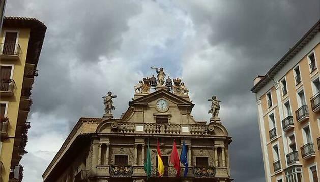 Cielos nublados sobre el Ayuntamiento de Pamplona este fin de semana