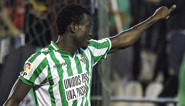 El delantero nigeriano del Real Betis Nosa Igiebor celebra el gol marcado al Villarreal