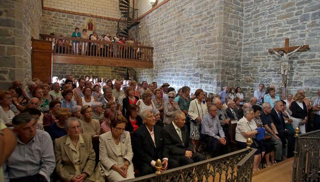 Imagen del interior de la iglesia de Ansoáin, ayer durante la misa. Sentada en el primer banco, la tercera por la izquierda, con traje claro, se encuentra Felisa Sarasíbar Esquíroz y a su derecha, su marido, Ramón Erice.