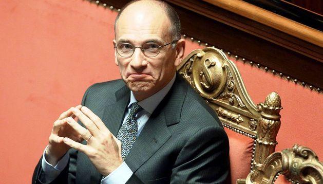 El primer ministro italiano, Enrico Letta, sonríe antes de pronunciar su discurso en el Senado.