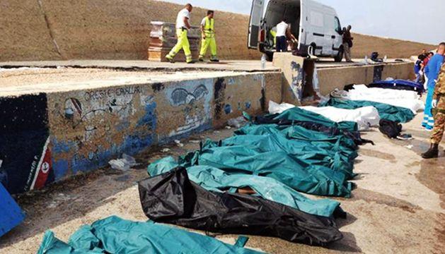 Decenas de cadáveres, en el puerto de Lampedusa (Italia) esta mañana.