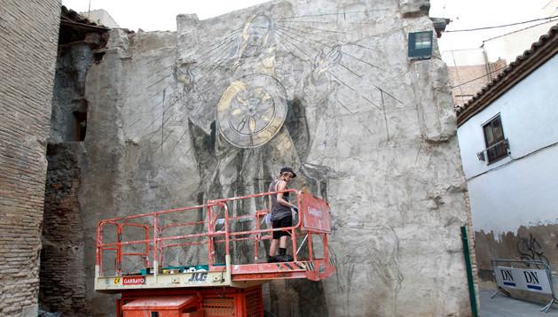 La sudafricana Faith 47 pinta su mural en la trasera del centro cultural Castel-Ruiz.