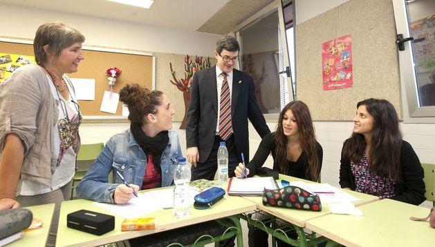 El consejero José Iribas, junto a la directora y varias alumnas de la Escuela de Educadores