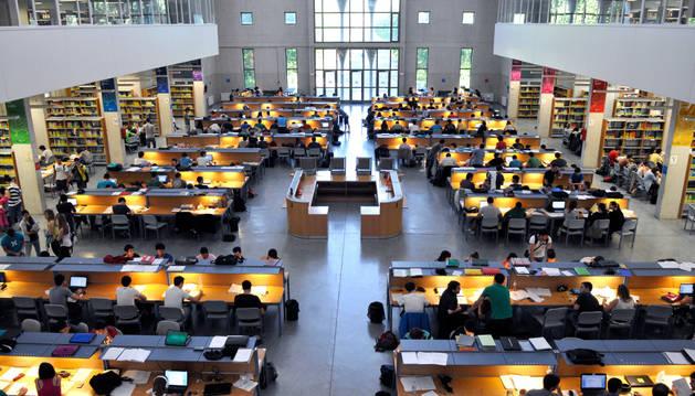 Alumnos estudiando en la biblioteca de la Universidad Pública de Navarra.