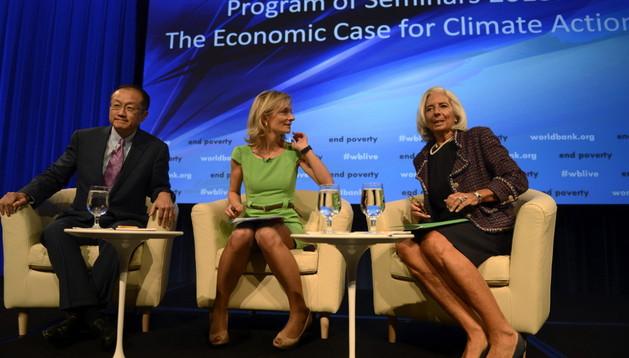 La directora gerente del FMI, Christine Lagarde (d), el presidente del Banco Mundial, Jim Yong Kim (c) y la moderadora Kathrine Switzer (c).