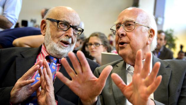 Peter Higgs y Francois Englert charlando en una conferencia