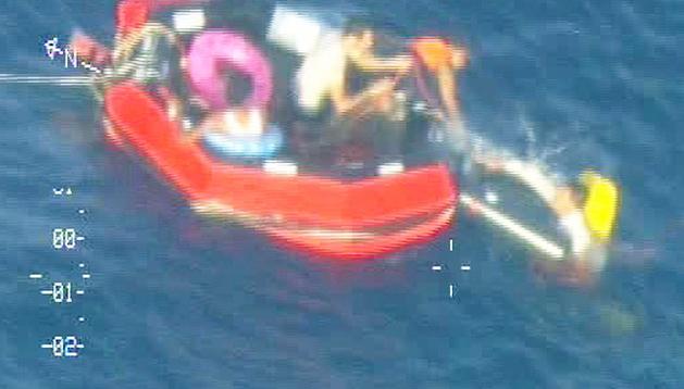Grabación de la Marina de Malta del rescate de uno de los inmigrantes que cayó al mar