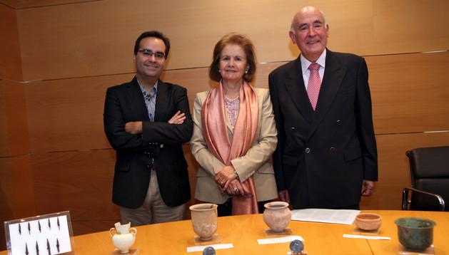 José Antonio Fernández, a la dcha., junto a su mujer Mª Clemencia Mahillo, y su hijo José Antonio, tras las piezas que ha donado