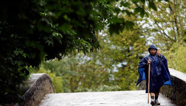 Peregrina del Camino a su paso por Pamplona