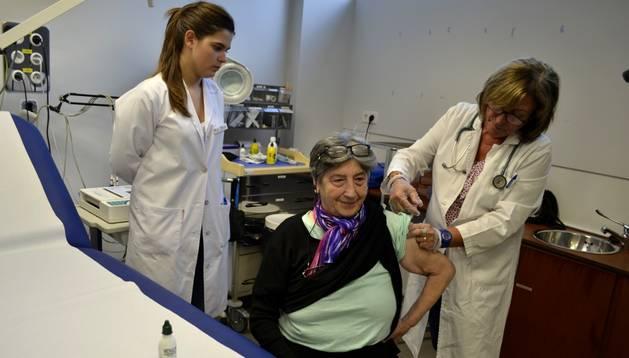 Una señora se vacuna contra la gripe en el Centro de Salud de Zizur Mayor.