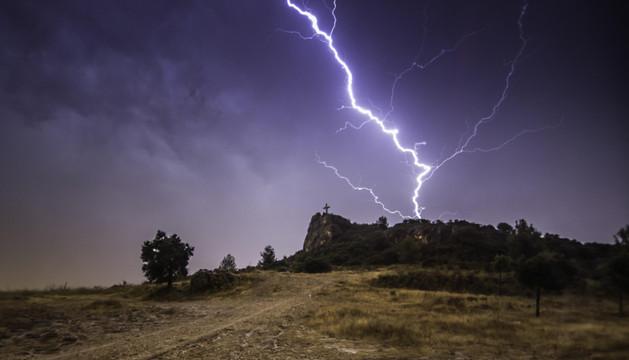 El rayo que, tras la cruz de Peñaguda, captó Iván Martínez Vicuña el 5 de septiembre ha sido la fotografía ganadora del concurso