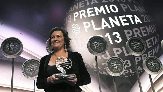 La ganadora del Premio Planeta, Clara Sánchez, posa con el trofeo durante la entrega de la 66 edición del Premio Planeta que se celebró en el Palau de Congresos de Cataluña, en Barcelona