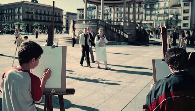Escolares dibujan en la Plaza del Castillo en la edición de 'Dibuja Pamplona' en 2004